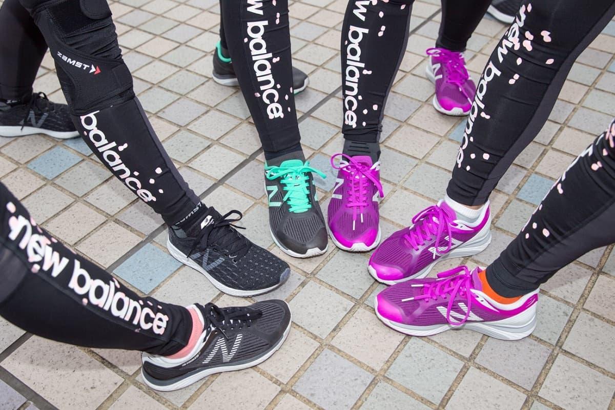 3baa5b744a516 またアルペングループのランニング女子が着用しているのは、ニューバランスが名古屋ウィメンズマラソンを走る女性ランナーに向けた春の新コレクション「SAKURA  PACK」 ...
