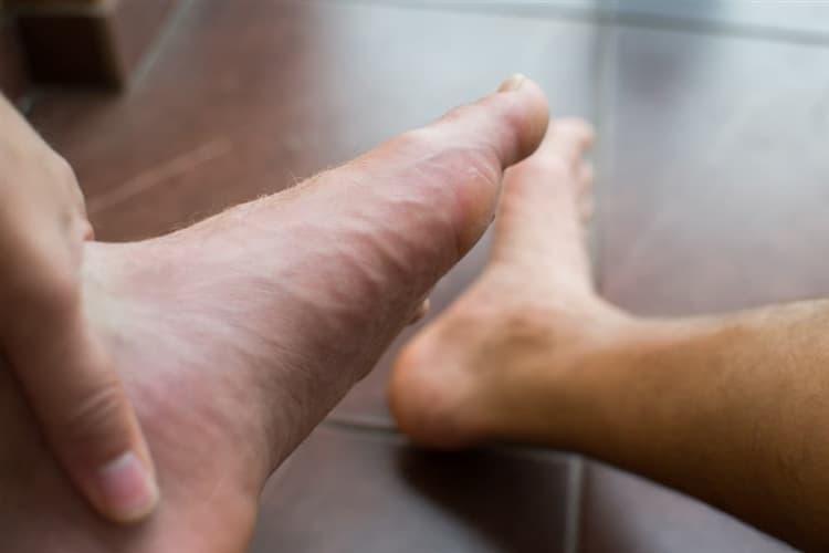 痛い 裏 水ぶくれ 歩け ない 足 の